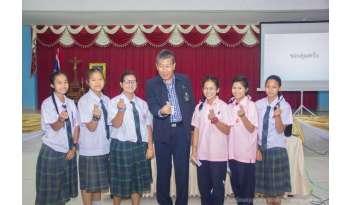 นักเรียนมัธยมศึกษาตอนต้นเข้าฟังบรรยายจากการไฟฟ้าฝ่ายผลิต