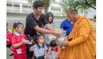 ตักบาตรและทำบุญประจำปีการศึกษา-๒๕๖๑-ดรุณากาญจนบุรี