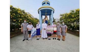 ตัวแทนโรงเรียนมอบเงินบริจาคให้ศูนย์สังคมพัฒนาสังฆมณฑลราชบุรี